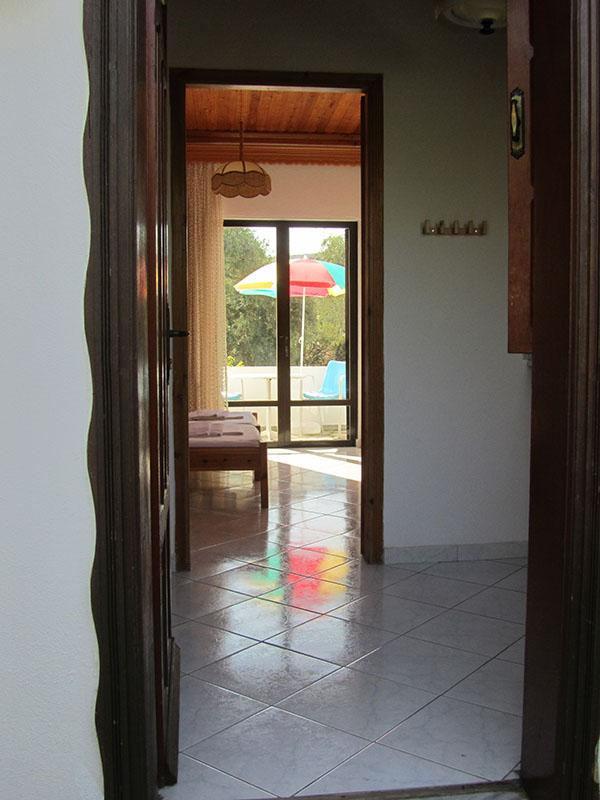 Blick von der Eingangstür ins Doppel- und/oder Dreibettzimmer