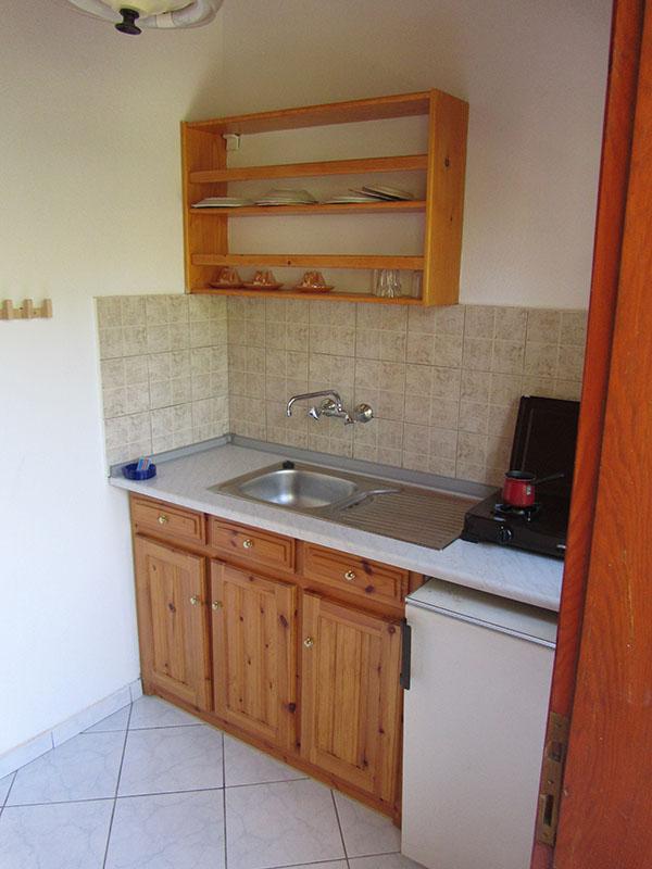 Küche mit Kühlschrank und Kochplatte im Doppel- und/oder Dreibettzimmer